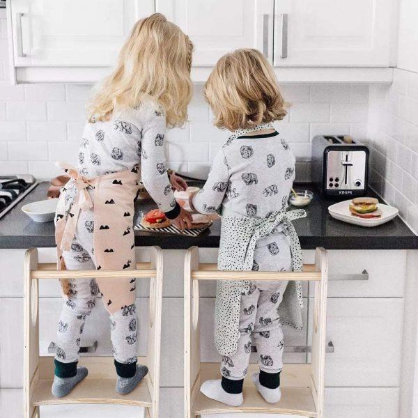 deux petites filles sur des tours d'observation