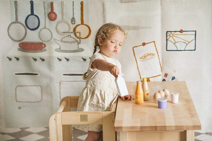 petite fille sur une tour d'observation Montessori en bois